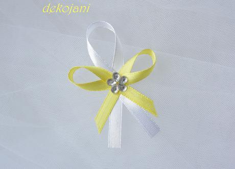 Žlutá květina na stříbrné čelence,