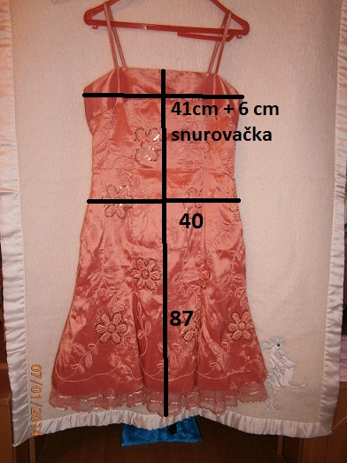 Lososovo-ružové šaty, 39