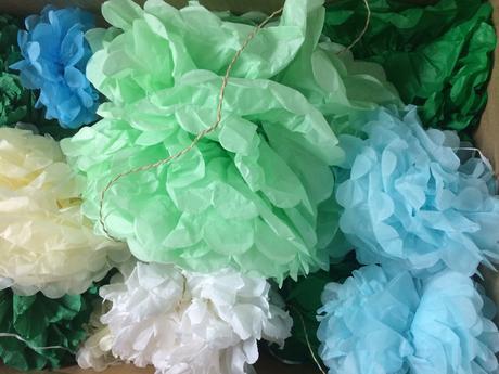 Pom poms na modro-zeleno bilou svatbu,