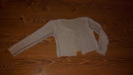Lesklý dievčenský svetrík, málo nosený, 140