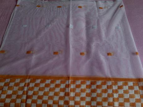 biela s oranžovymi kockami,