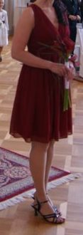 Krátké elegantní vínové šaty, 38