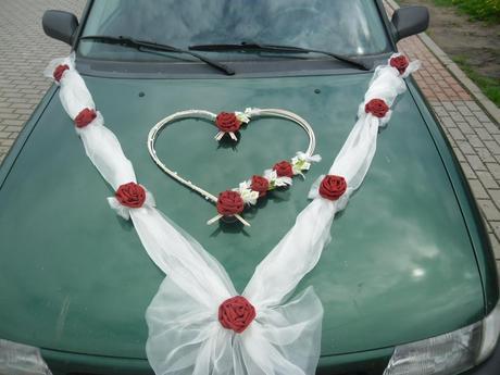 Červená výzdoba na svadobné auto,