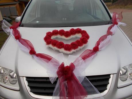 Červeno-biela výzdoba na auto,
