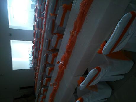 Oranžové mašle na stoličky ,