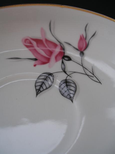 2x staré taniere s ružou,