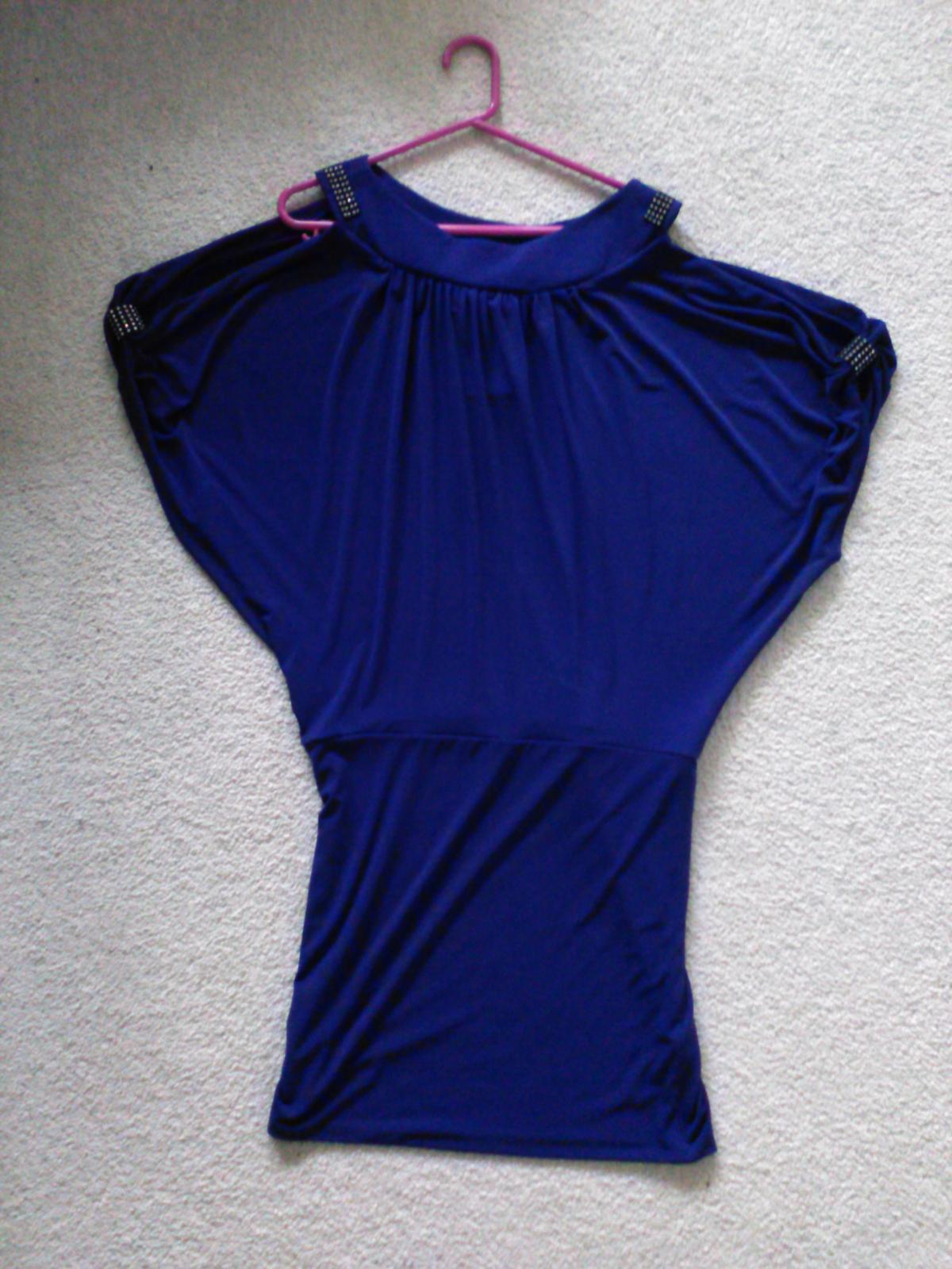 ad70e71c837 Fialové společenské šaty