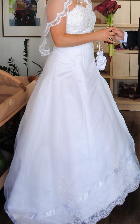 Svatební šaty s krajkovým zdobením a vlečkou 42/44, 42