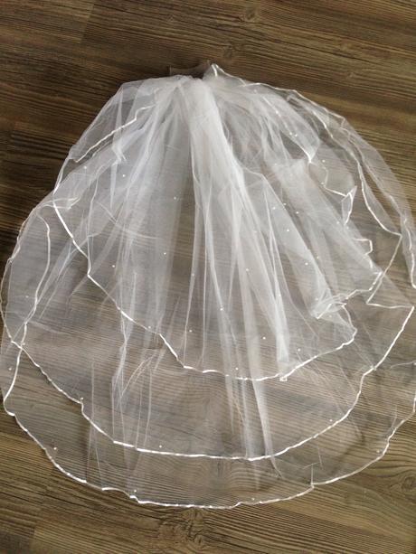 Nepoužitý svatební závoj s perličkami,