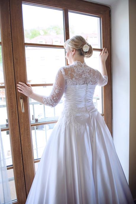 Saténové svatební šaty s krajkou, 40