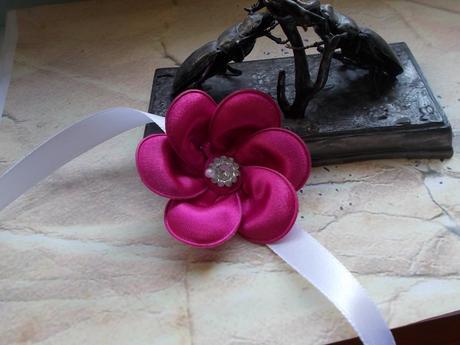 cyklámenový svadobný náramok pre družičky,