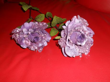 2 fialové ruže,