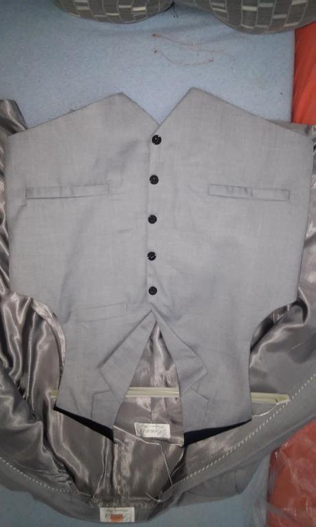 Svatebni oblek světle šedý , 50