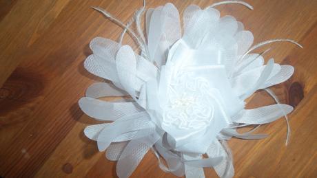bílý květ z organzy,