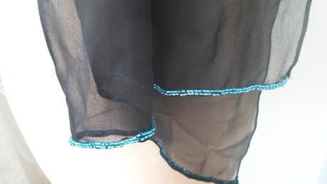 jemný černý šál s modrou perl. bordurou, 38