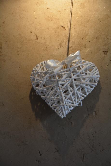 proutěné bíle srdce s mašlí,