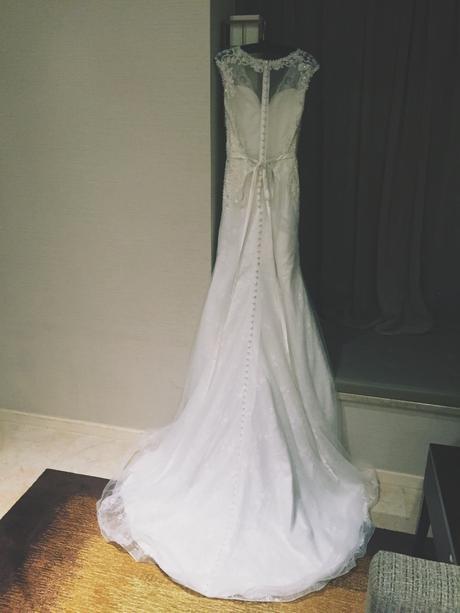 Krajkové šaty s bohaťe zdobeným živůtkem, 36