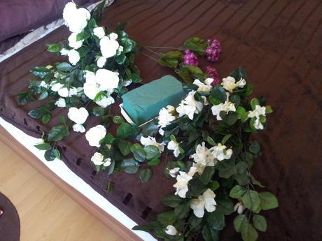Nádherná bielofialová ikebana na hlavný stôl,