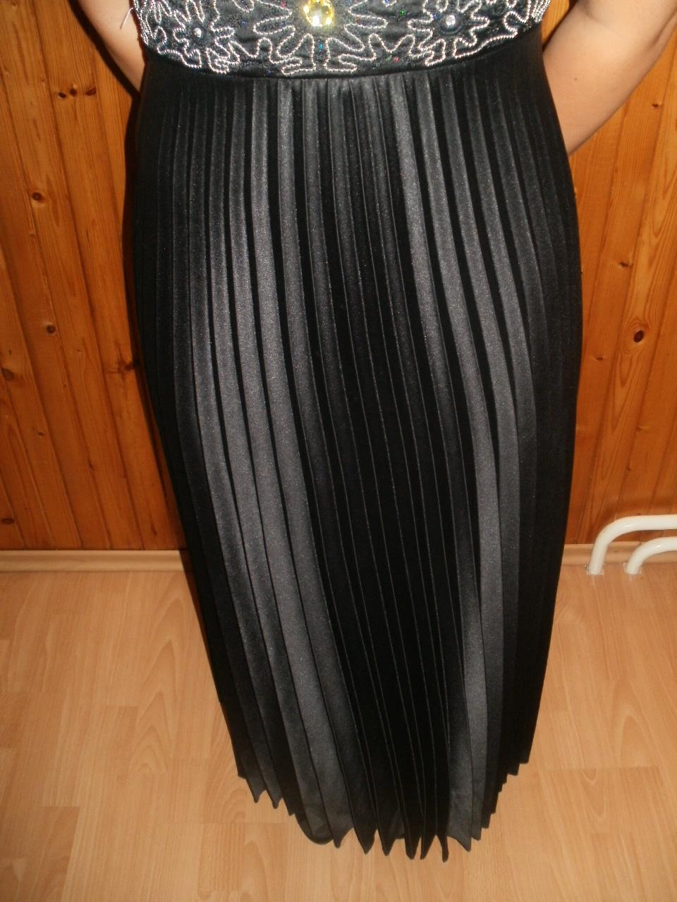 77d32ac77645 Dlhé čierne šaty so skladanou sukňou