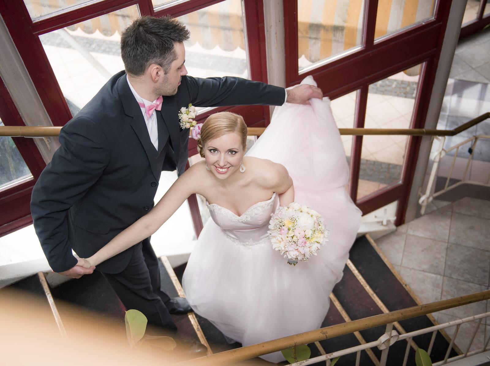 b2fdc497cae1 Svadobné šaty s jemne ružovým nádychom