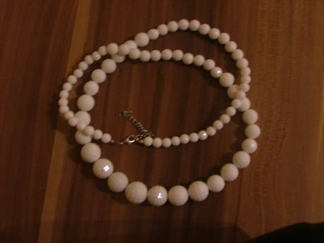 Biely náhrdelník,
