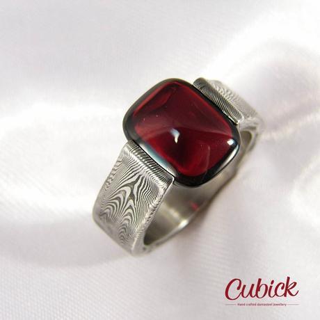 Airis damasteel prsten z hlazeným granátem,