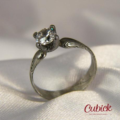 Kronis prsten z damascénské oceli s diamantem,