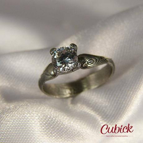Kronis prsten z damasteel s kubických zirkonem,