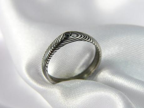 Prsten Blackir z damascénské oceli s diamantem,