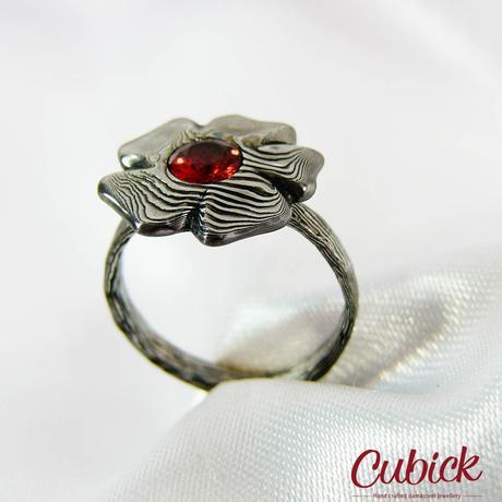 Prsten Floral z damasteel a granátem,