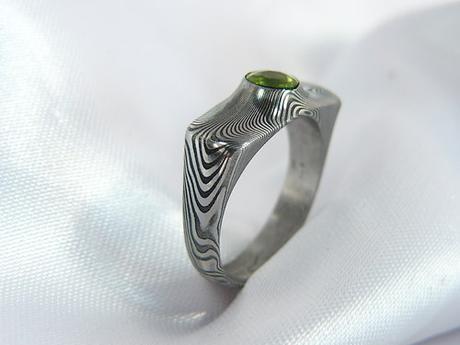 Prsten Grasir z damašské oceli a olivínem,