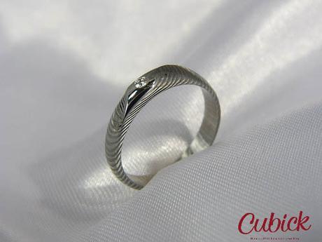 Prsten Orwenir z damašské oceli,osazen diamantem ,