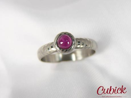 prsten Roserin z damasteel osazen růžovým Safírem,