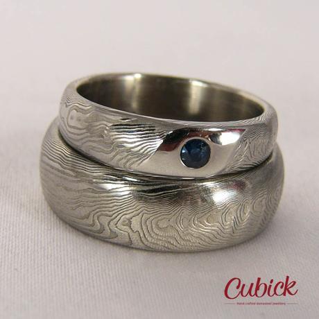 Ručně kované snubní prsteny Indigoterus se safírem,