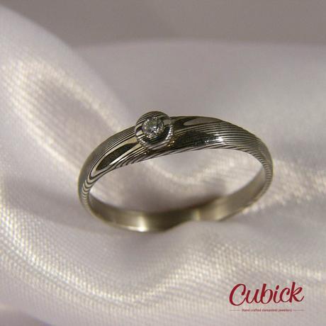 Zásnubní prsten Unikulir osazený diamantem,