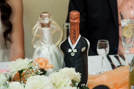 Oblecenie na fľaše nevesta a ženích,
