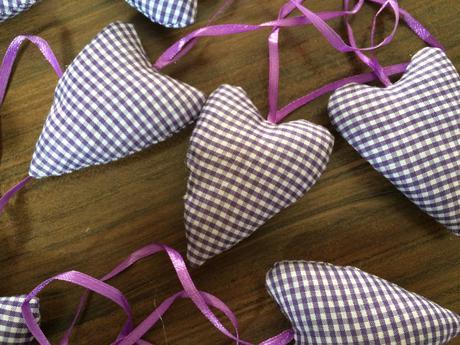 Kárované fialovobílé srdíčka,