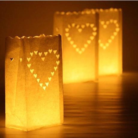 10 velkých papírových svícnů se srdíčky,