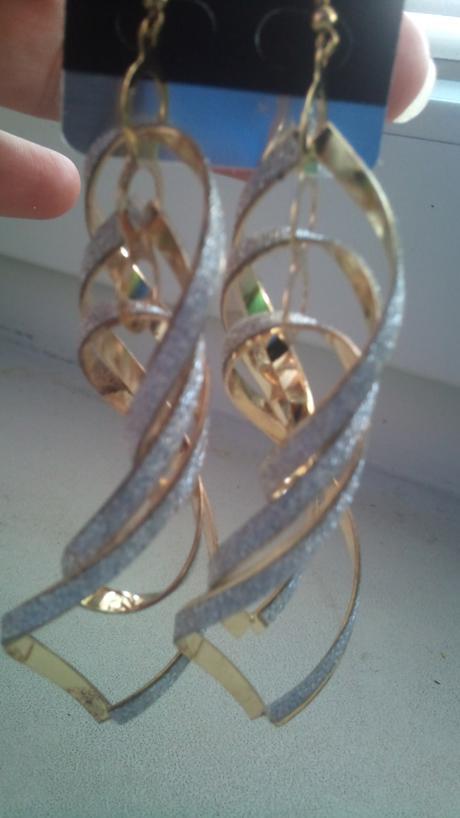 Zlato a strieborne naušnice bižu,