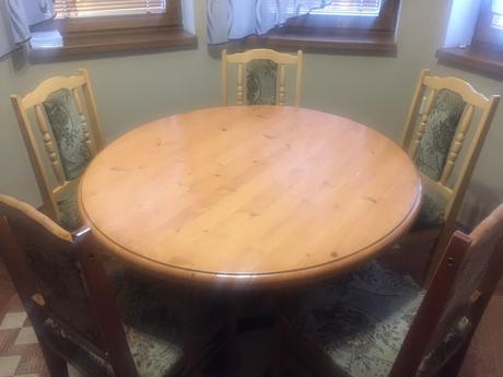 Masívny drevený stôl so stoličkami,