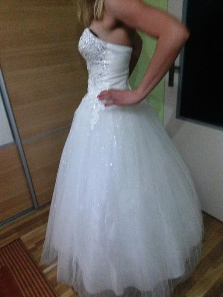 Svadobné šaty s postovnym aj kruhovou spodnickou, 38