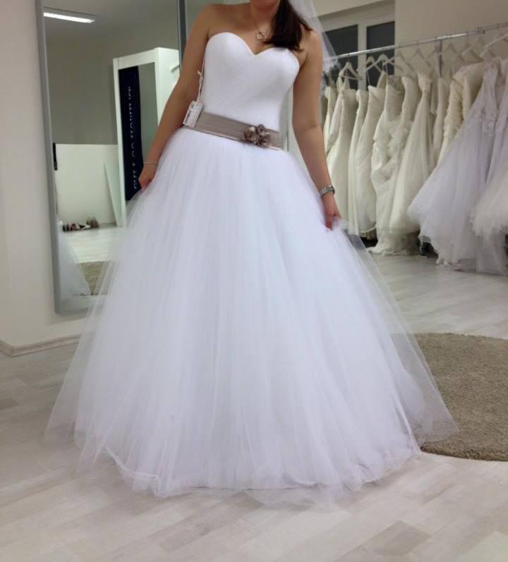Bílé tylové svatební šaty d7b5a737f6