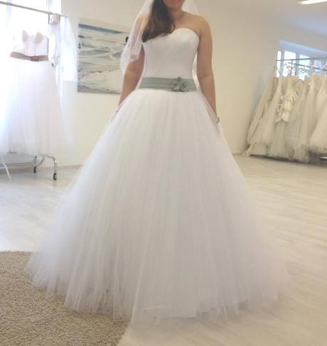 Bílé tylové svatební šaty, 38