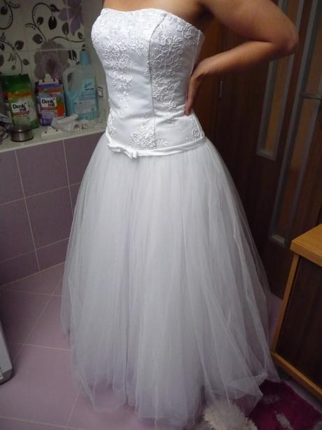 Svatební šaty s tylovou sukní, 38