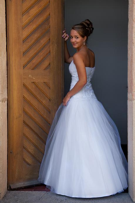 Svatební šaty s tylovou sukní, 36
