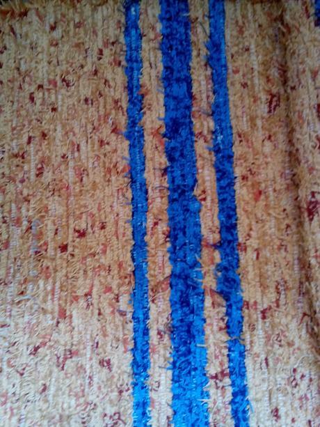 modro-oranžové tkané koberčeky,