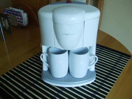 Malý kávovar so šálkami,