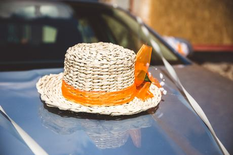 Na auto - větší a menší srdce z pedigu, klobouk,