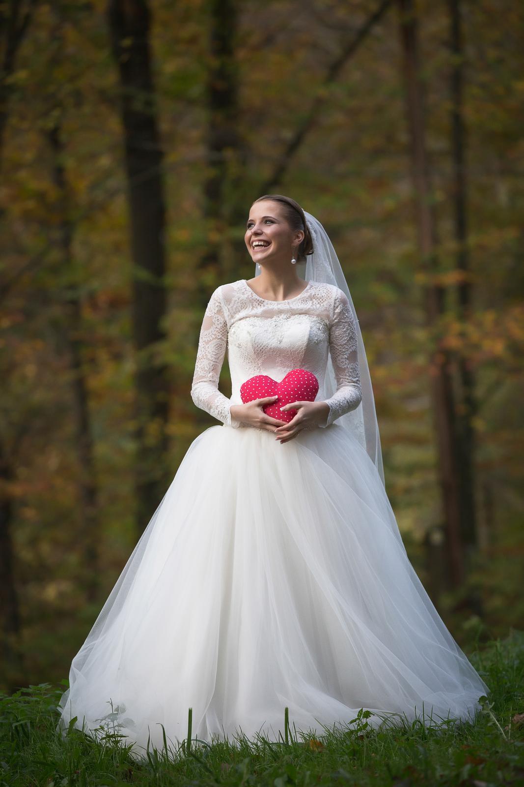 0e95dedff572 Romantické čipkované svadobné šaty s dlhým rukávom