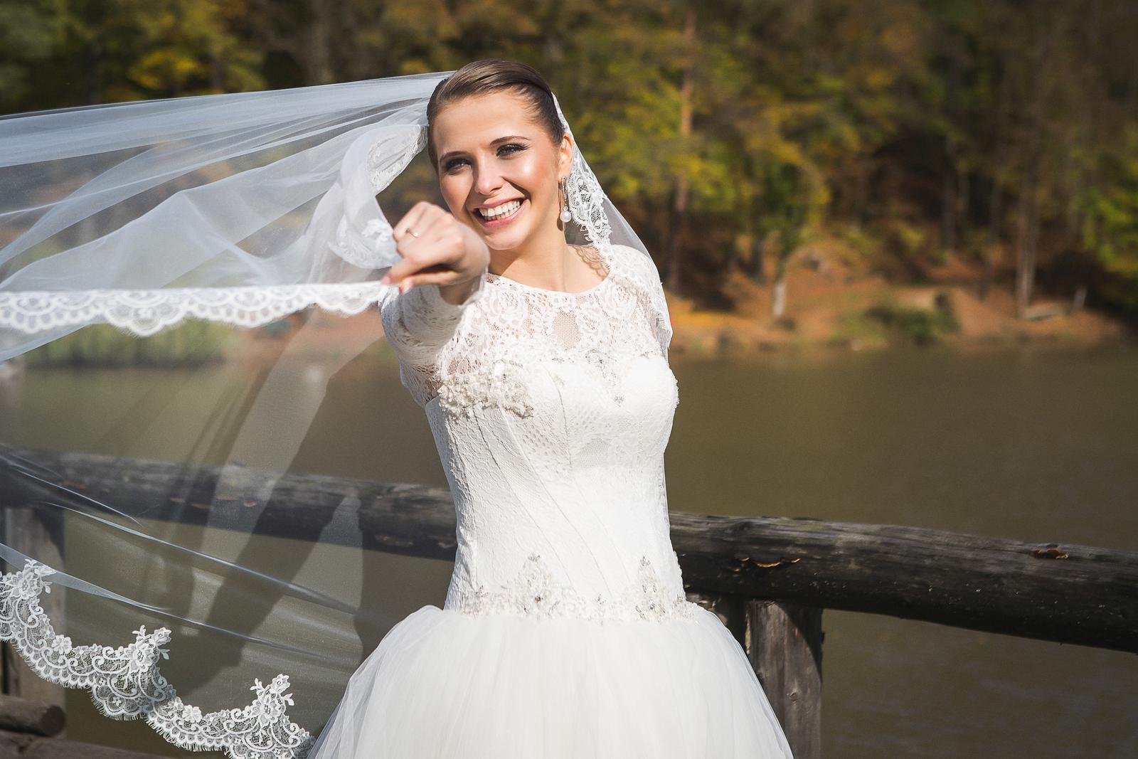 a7792c1a3550 Romantické čipkované svadobné šaty s dlhým rukávom